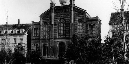 Black and white photograph of the Grand Synagogue building from the late 19th century, with cupola The Great Synagogue  The splendid Great Synagogue, inaugurated in 1884, was burnt down by the National Socialists in 1938.