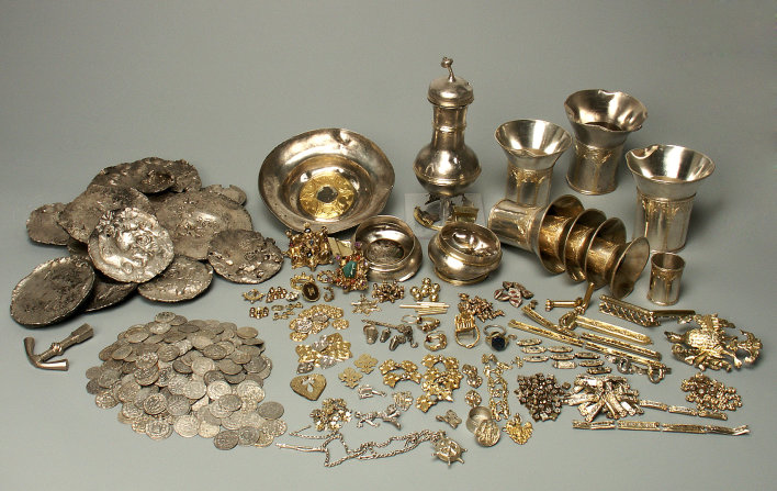View of the whole find of the Erfurt Treasure: coins, silver bars, tableware such as goblets and a jug as well as  pieces of jewellery including rings, brooches and clothing decorations.