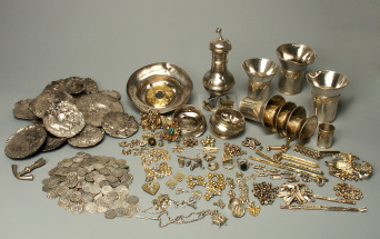 View on the entire Erfurt Treasure trove: coins, silver ingots, tableware such as beakers and a ewer, as well as pieces of jewellery: rings, brooches, dress ornaments etc.