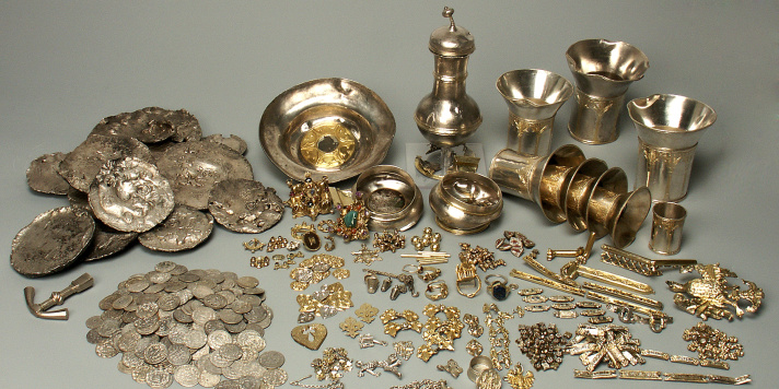A view of the entire Erfurt Treasure trove: coins, silver ingots, beakers and a ewer as well as jewellery: rings, brooches, dress ornaments etc.