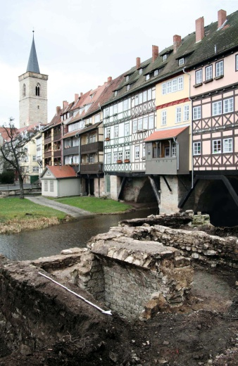 Excavation works at the mikveh, with the Krämerbrücke in the background