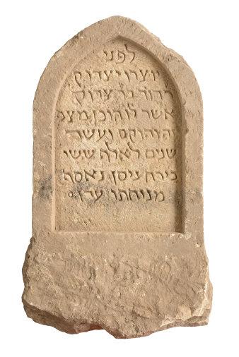 Der Grabstein wurde für den 1250 verstorbenen Daṿid, Sohn des Tsadoḳ, errichtet.